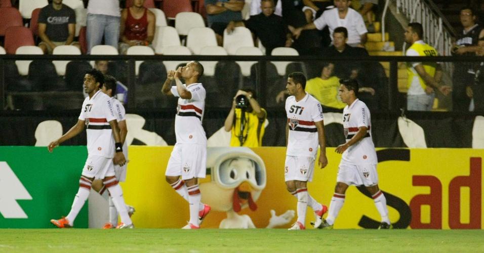 Luis Fabiano, cercado pelos companheiros, comemora gol do São Paulo no duelo contra o Vasco, em São Januário