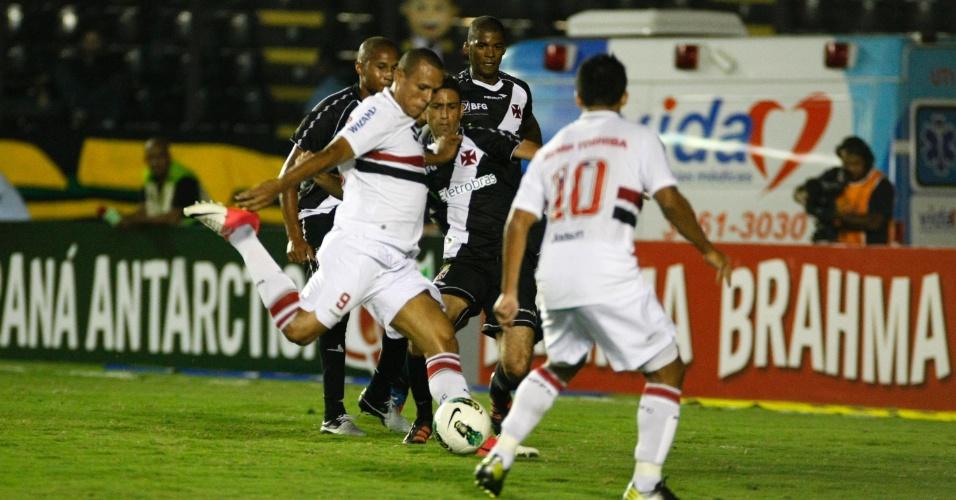Luis Fabiano tenta finalização dentro da área e é travado por zagueiro do Vasco