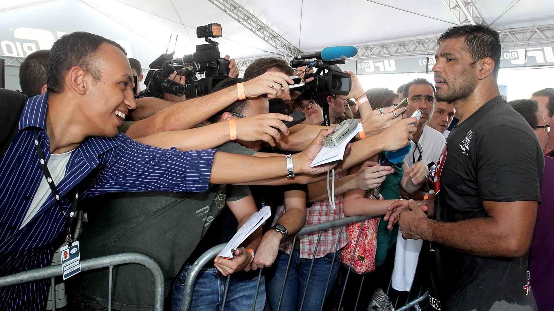 Minotauro causa tumulto na zona mista de imprensa em treino aberto do UFC  Rio 3 ( 3a68dda47156a