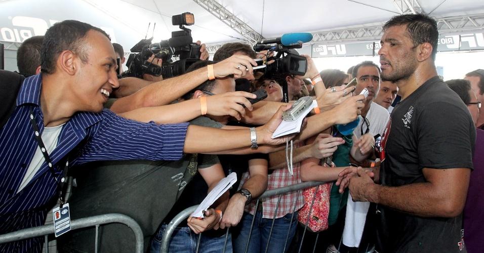 Minotauro causa tumulto na zona mista de imprensa em treino aberto do UFC Rio 3 (10/10/2012)