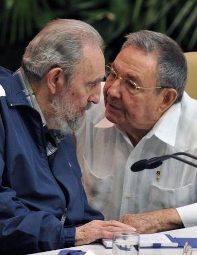 Neste mês, o governo cubano aprovou uma série de reformas econômicas, previstas em um pacote com 313 medidas. Foi permitida a comercialização de moradias, a compra de mais de um automóvel e a abertura de pequenos negócios. Viagens de cubanos ao exterior também foram facilitadas. A sessão foi aberta por Raúl Castro (à dir.)