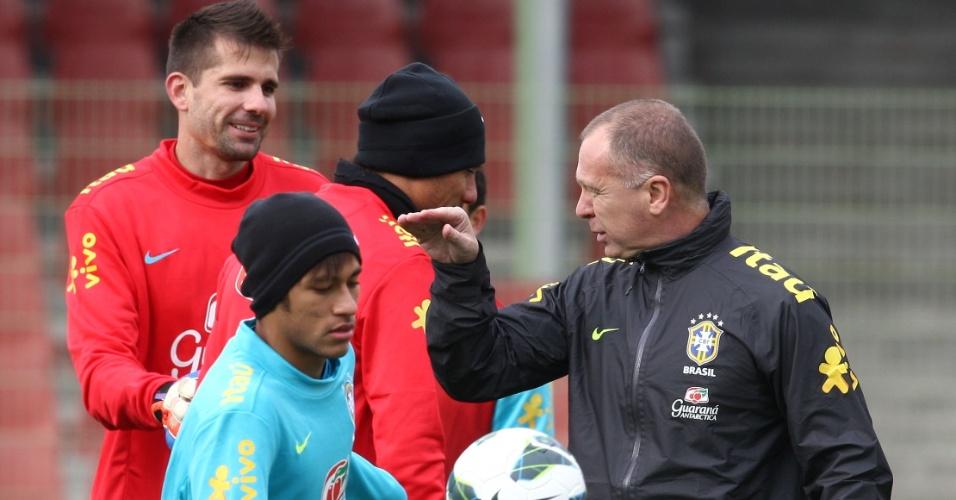 Neymar domina a bola enquanto Mano Menezes conversa com o goleiro Victor