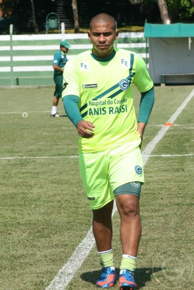 O atacante Walter caminha durante treino do Goiás