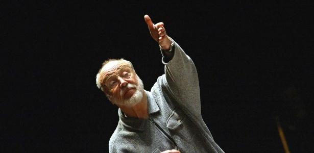 O maestro Kurt Masur conduz orquestra no sul da França (10/1/03)  - AFP PHOTO / ERIC CABANIS