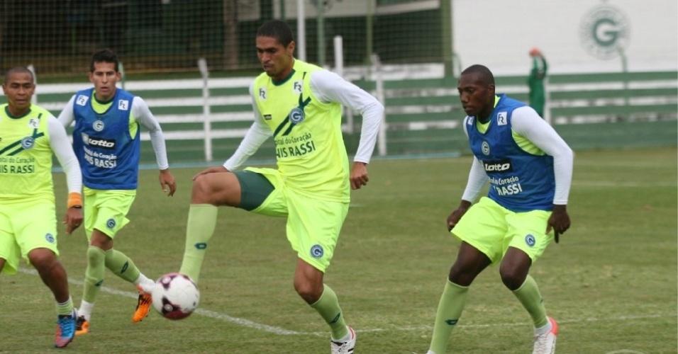 O meia Ramon domina a bola durante treinamento do Goiás
