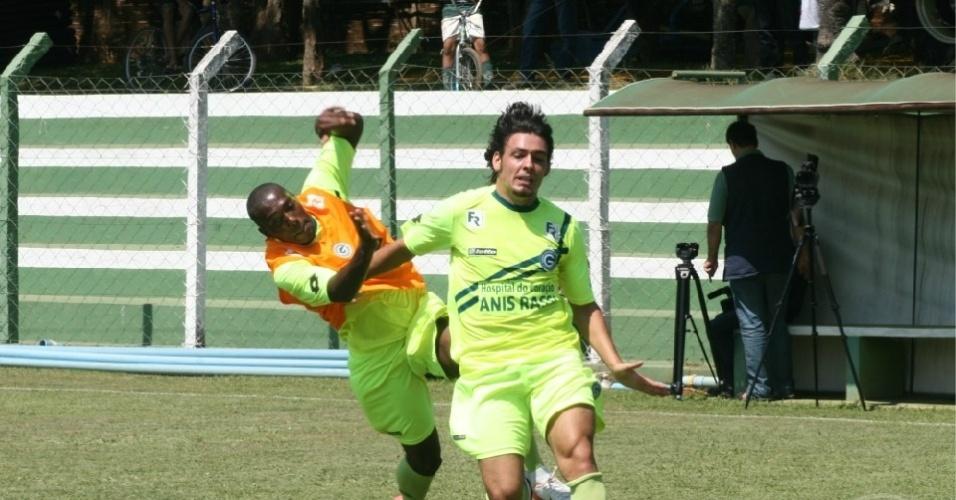 O meia Ricardo Goulart passa por um adversário durante o treino do Goiás