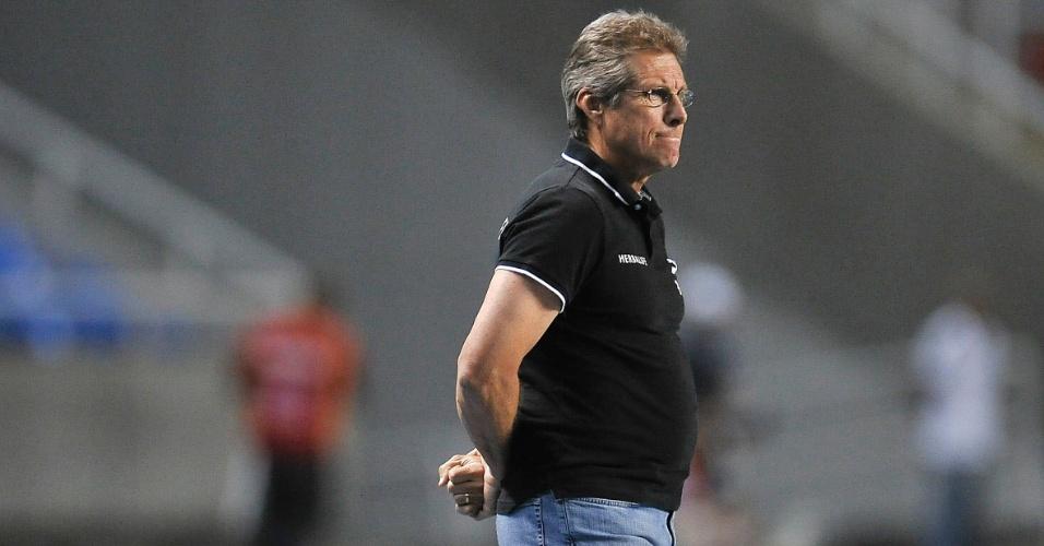 Oswaldo de Oliveira, técnico do Botafogo, observa a partida contra o Santos, no Engenhão