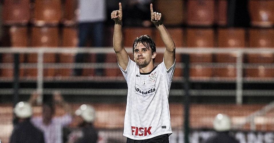 Paulo André festeja após marcar o gol da virada do Corinthians contra o Flamengo, no Pacaembu