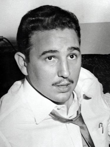 Preso em 1953, Fidel é anistiado dois anos depois, sai da prisão e segue para o exílio no México, onde conhece o argentino Ernesto 'Che' Guevara. Na imagem, Fidel concede uma entrevista em 1955 em Nova York, para onde viajou em busca de apoio de cubanos emigrados
