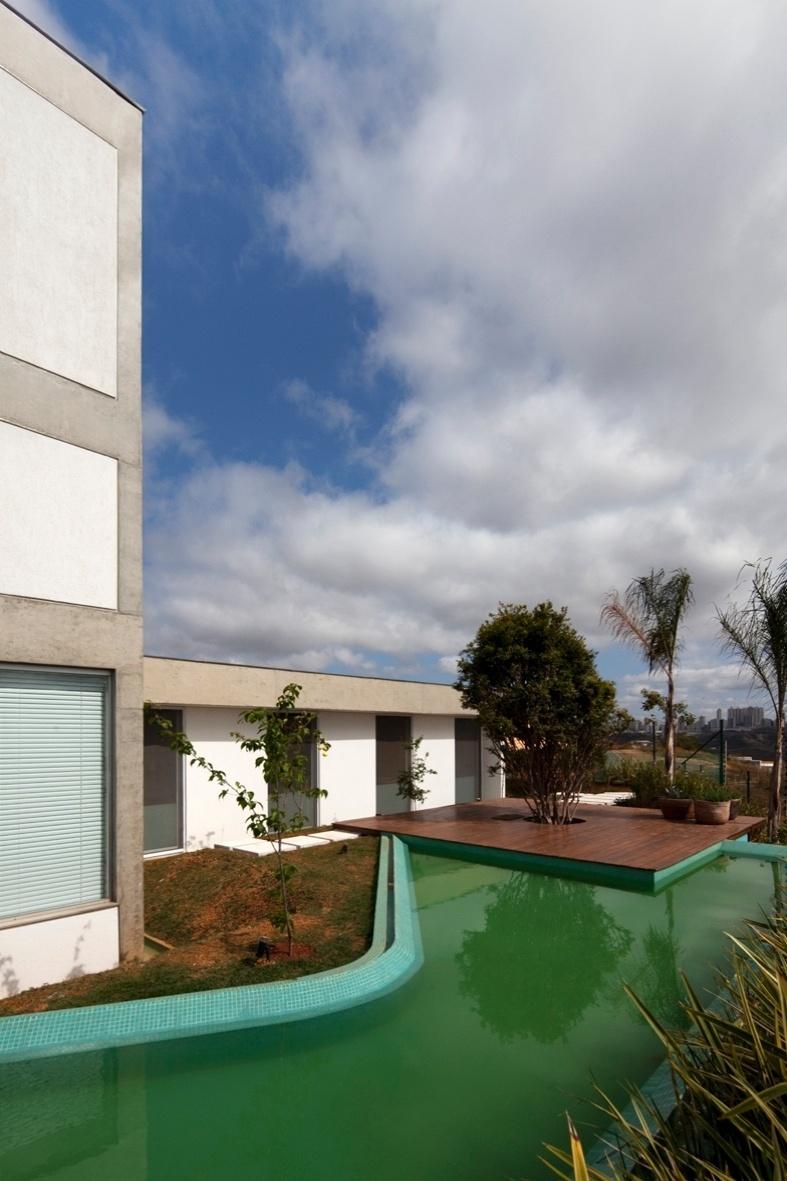 Nos fundos da casa NB, as janelas dos quartos da família estão voltadas para um jardim com espelho d'água. A residência em Nova Lima (MG) tem projeto de Alexandre Brasil e Paula Zasnicoff, do escritório Arquitetos Associados