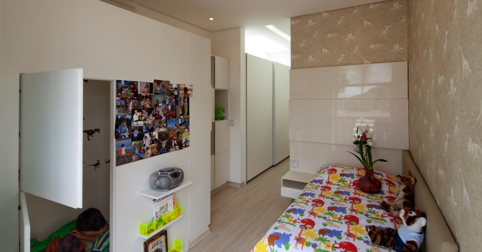 Na foto, um dos quatro quartos dedicados à família e dispostos na ala íntima da casa. Destaque para o papel de parede com dinossauros. A casa NB, em Nova Lima (MG), tem projeto de Alexandre Brasil e Paula Zasnicoff, do escritório Arquitetos Associados