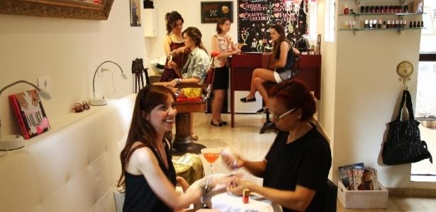 Salão Beauty Bar des Jardins, em São Paulo: sessão de beleza com drinques exclusivos - Divulgação