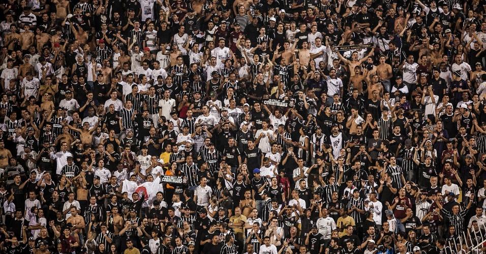 Torcida do Corinthians faz a festa no Pacaembu antes da partida contra o Flamengo