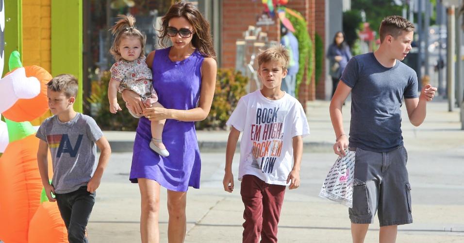 Victoria Beckham passeia com os quatro filhos por rua de Santa Monica (6/10/12)