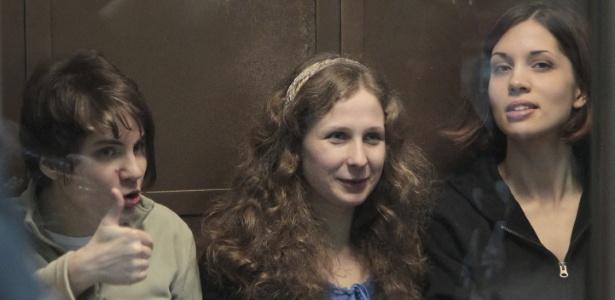 Yekaterina Samutsevich (esq.), Maria Alyokhina (centro) e Nadezhda Tolokonnikova (dir.). do Pussy Riot durante audiência em tribunal de Moscou (10/10/12). Yekaterina Samutsevich foi liberada da prisão