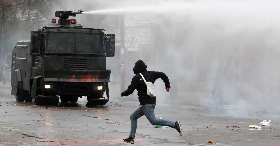 """11.out.2012 - Estudantes chilenos entram novamente em confronto com a polícia durante manifestação na cidade de Valparaíso. Segundo o movimento estudantil, a mobilização tem como objetivo """"incidir sobre o orçamento 2013 no Congresso Nacional e obter avanços na educação pública"""""""