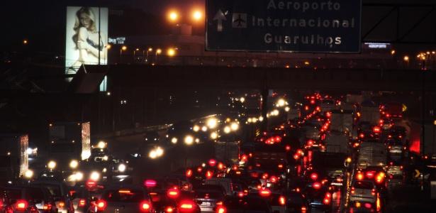 A rodovia Helio Smidt, que liga as rodovias Ayrton Senna e Presidente Dutra ao Aeroporto de Guarulhos, tem trânsito intenso na véspera de feriado prolongado - Luiz Guarnieri/Brazil Photo Press/Estadão Conteúdo