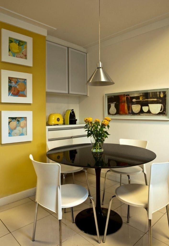A reforma integrou copa e cozinha da Casa no Alto de Pinnheiros, deixando mais espaço para a sala de jantar. O tom mostarda da parede dá identidade ao espaço e realça a mesa Saarinen preta (Lauberge) e os armários brancos da Kitchens. O projeto de interiores é da decoradora Marília Veiga