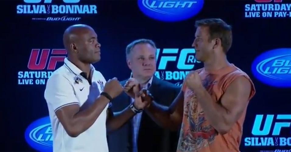 Anderson Silva encara Stephan Bonnar no final da coletiva do UFC Rio 3