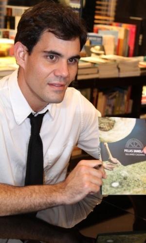 """Ator Juliano Cazarré lança o livro """"Pelas Janelas"""", na Livraria Travessa, do BarraShopping, Rio de Janeiro (10/10/12)"""