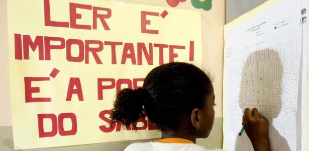 Criança faz exercício de alfabetização em sala para alunos com dificuldade de aprendizagem - Fernando Donasci/Folhapress