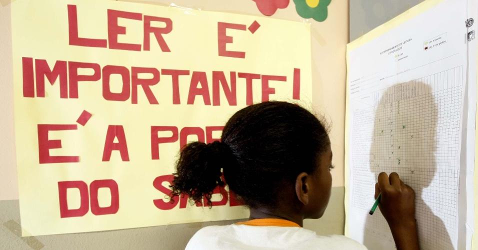 Criança faz exercício de alfabetização em sala para alunos com dificuldade de aprendizagem