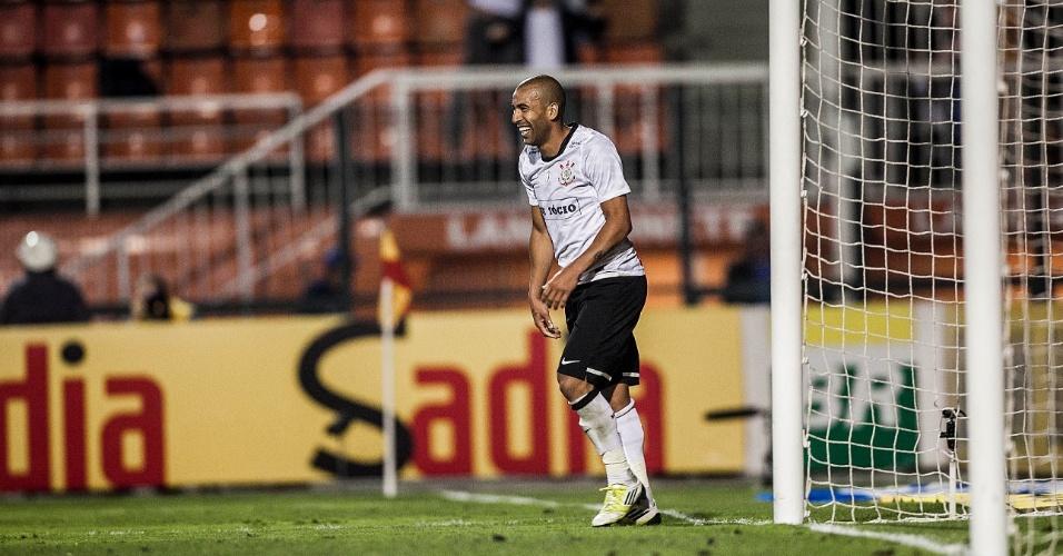 Emerson Sheik comemora o terceiro gol do Corinthians na vitória sobre o Flamengo, no Pacaembu