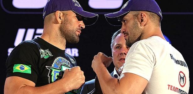 Glover Teixeira (e) e Fábio Maldonado se encaram na coletiva do UFC 153, no Rio