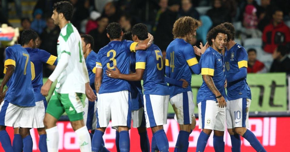 Jogadores da seleção brasileira comemoram o segundo gol da equipe, marcado por Oscar, no amistoso contra o Iraque