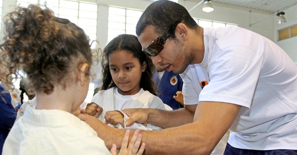 José Aldo ensina crianças durante visita ao Instituto Reação, de Flávio Canto, durante evento do Dia das Crianças na preparação para o UFC Rio 3
