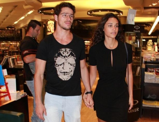 José Loreto e Debora Nascimento chegam de mãos dadas ao lançamento do livro de Juliano Cazarré em livraria do Rio de Janeiro (10/10/12)