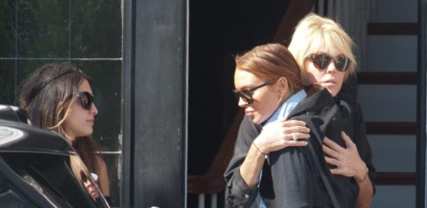 Lindsay Lohan abraça sua mãe, Dina Lohan
