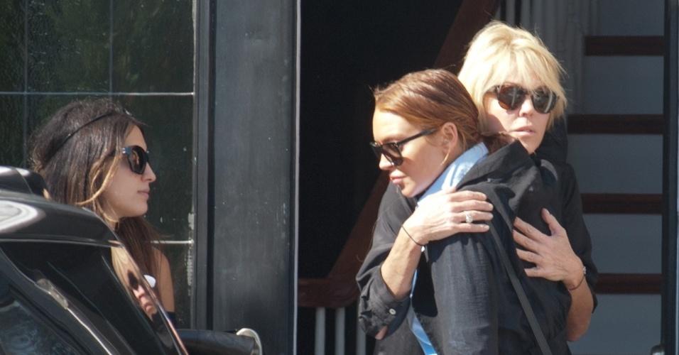 Lindsay Lohan abraça sua mãe, Dina Lohan, ao sair de casa em Long Island, Nova York. Mãe e filha brigaram na madrugada desta quarta-feira (10) e a discussão acabou tornando-se um caso de polícia (10/10/12)