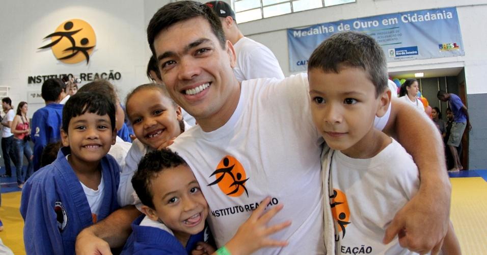 Lyoto Machida participa de evento do Dia das Crianças no Instituto Reação, de Flávio Canto, durante preparação para o UFC Rio 3