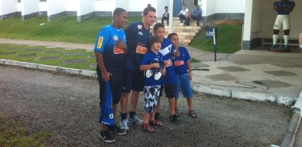 Montillo posa para foto com torcedores do Cruzeiro na Toca da Raposa II (11/10/2012)