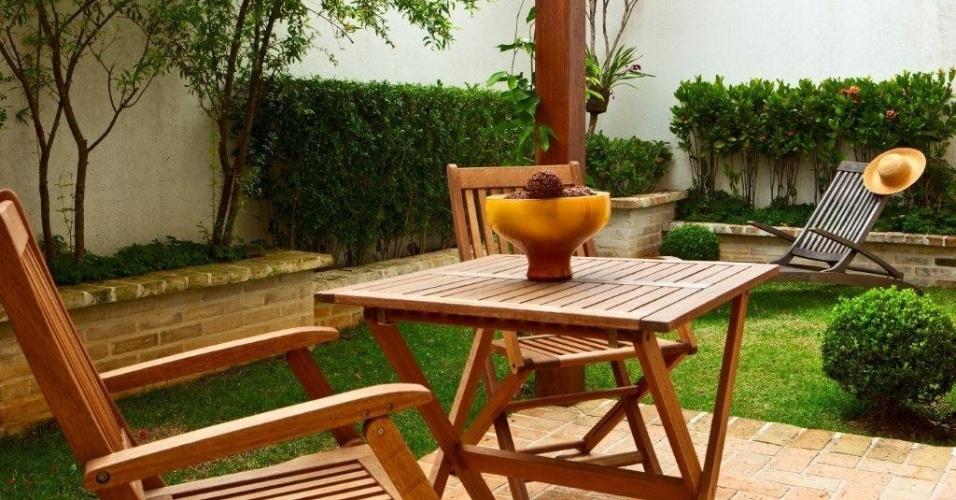 No primeiro pavimento, o espaço ajardinado deu lugar para um ambiente dedicado ao banho de sol, com pergolado e um pequeno jardim. A Casa no Alto de Pinheiros tem projeto da decoradora Marília Veiga