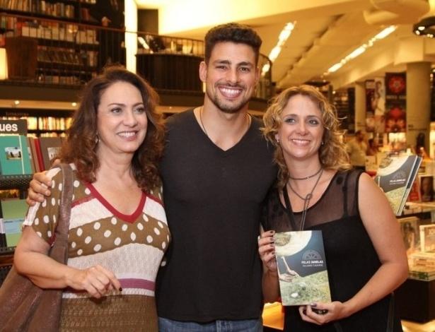 O ator Cauã Reymond posa para fotos com as atrizes Eliane Giardini e Leticia Isnard no lançamento do livro de Juliano Cazarré (10/10/12). O ator lançou