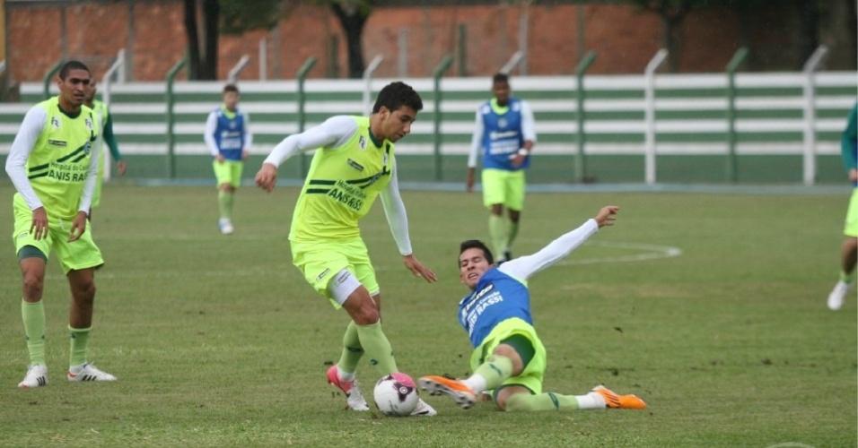 O meia Renan Oliveira tenta passar por um adversário durante treino do Goiás