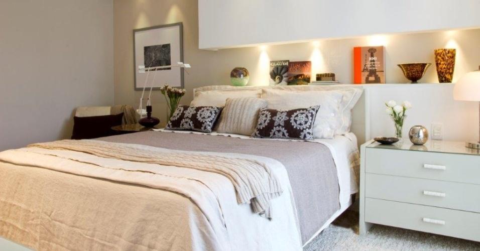 Os tons claros e repousantes das paredes, são vistos também sobre a cama (Casa Pronta), em almofadas e roupas de cama (Casa Almeida) e no tapete (Fanucchi Tapetes) da suíte máster da Casa no Alto de Pinheiros, com interiores assinados pela decoradora Marília Veiga