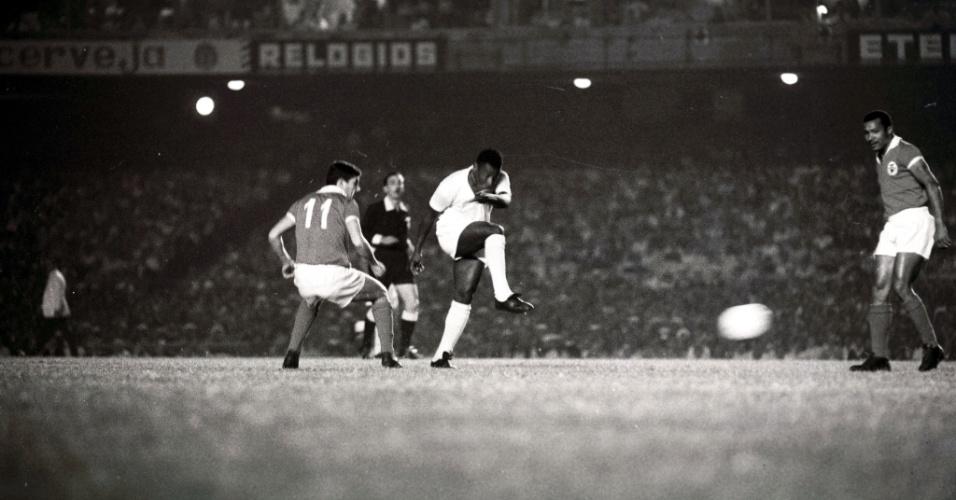 Pelé arrisca chute a gol no 1º jogo entre Santos e Benfica pelo Mundial Interclubes de 1962, no Maracanã