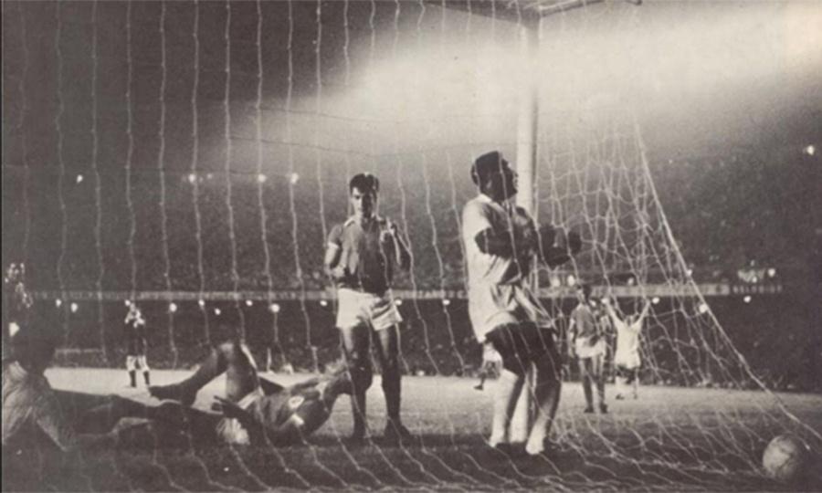 Pele comemora ao marcar para o Santos no confronto contra o Benfica no Maracanã pelo 1º jogo da final do Mundial Interclubes