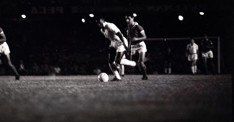 Pelé passa pela marcação no 1º jogo entre Santos e Benfica pelo Mundial Interclubes de 1962, no Maracanã