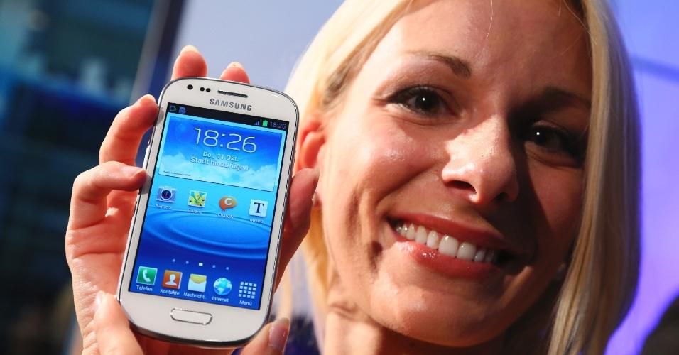 11.out.2012 - A Samsung apresentou nesta quinta-feira (11/12) uma versão menor do smartphone Galaxy S III, chamado Galaxy S III mini. Apesar do nome, o celular inteligente da fabricante sul-coreana tem tela de 4 polegadas, processador dual-core de 1 GHz e duas câmeras (frontal com qualidade VGA e a traseira tem resolução de 5 megapixels). O sistema operacional nativo do aparelho é o Android 4.1 (conhecido como Jelly Bean)