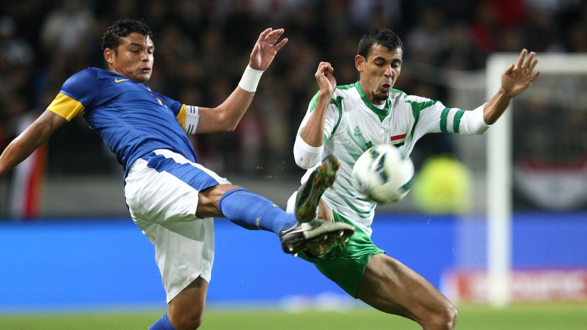 Thiago Silva, zagueiro da seleção brasileira, divide a bola com jogador iraquiano durante amistoso em Malmo