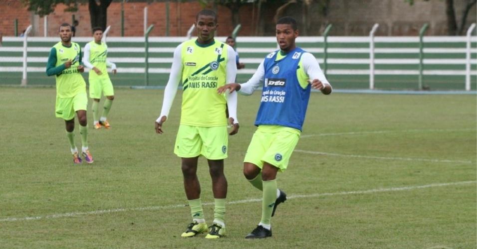 Volante Thiago Mendes (e) disputa a bola com um adversário durante treino do Goiás