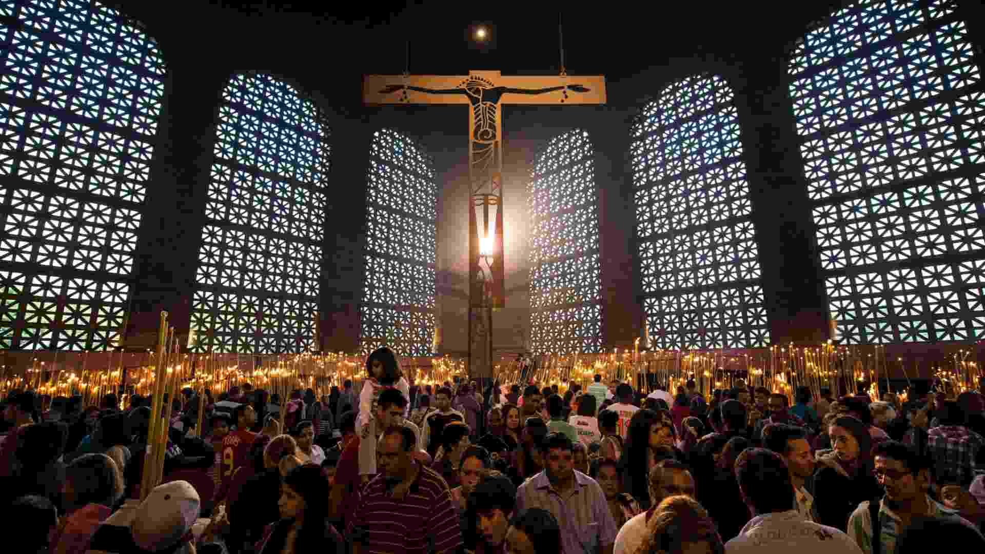 12.aut.2012 - Fiéis acompanham a missa em homenagem à padroeira do Brasil na Basílica de Nossa Senhora, em Aparecida, interior de São Paulo - Yasuyoshi Chiba/AFP