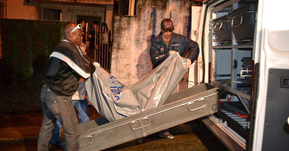 12.out.2012 - Homens recolhem corpo de policial morto, que apresentava sinais de tortura. Ele foi encontrado em sua residência, no Vale do Cariri, zona norte de São Paulo