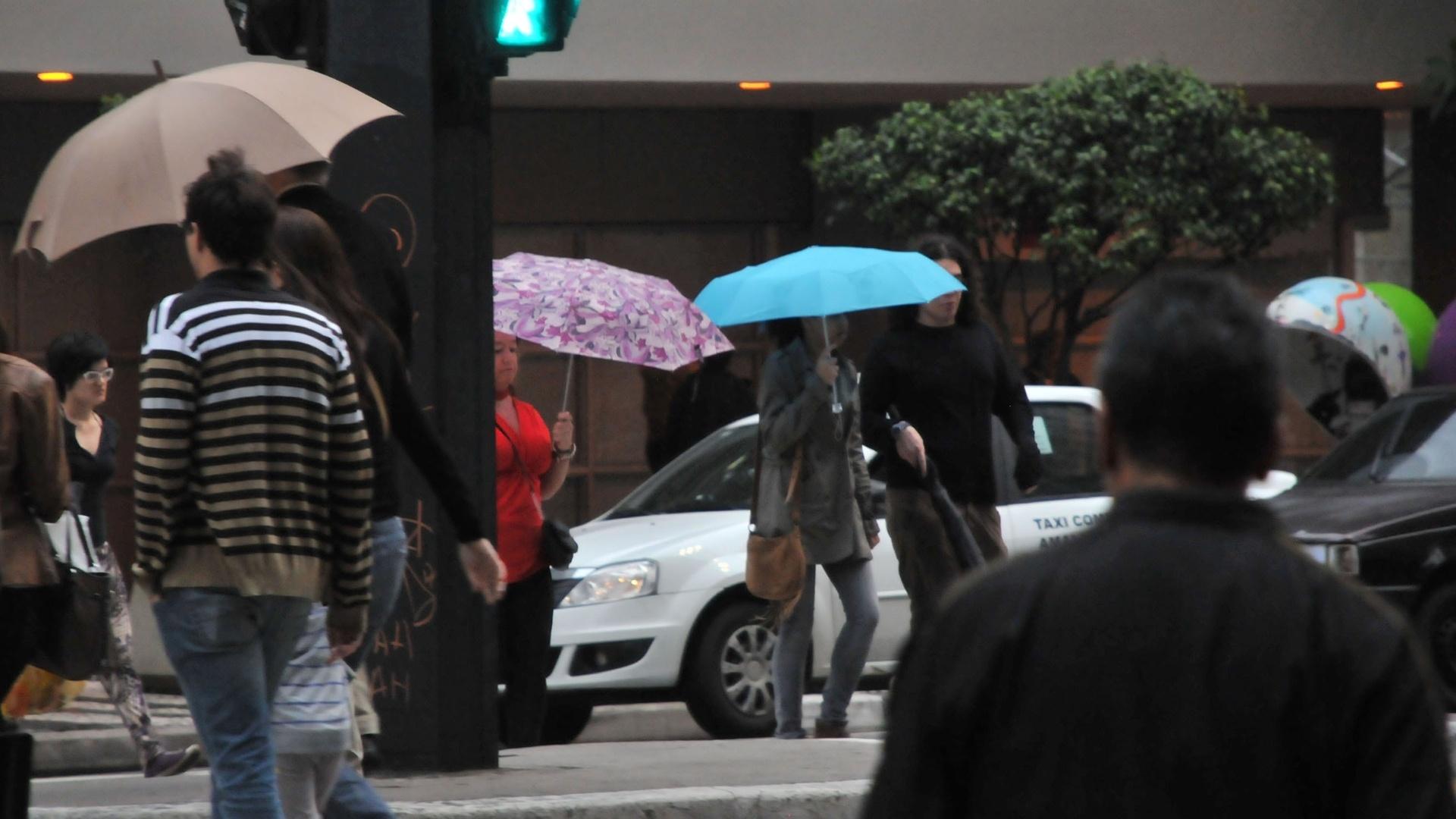 12.out.2012 - Paulistanos enfrentam frio e chuva na região da avenida Paulista, em São Paulo (SP), nesta sexta-feira (12)