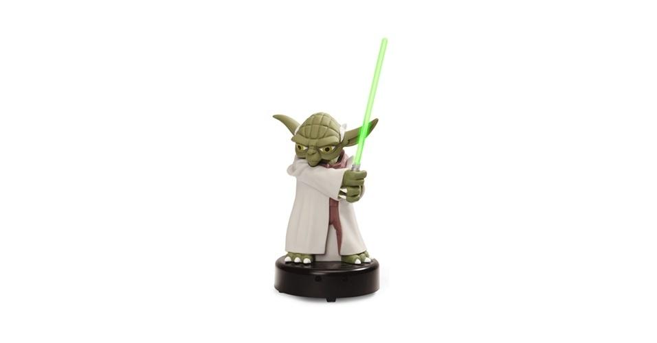 13.out.2012 - Proteger sua mesa ele vai. O simpático Mestre Yoda virou gadget que indica se há intrusos por perto: quando alguém se aproxima, o sabre de luz brilha e ele começa a falar (em inglês) frases de alerta (ao ''estilo Yoda'', com os termos invertidos na ordem da frase). ''Um distúrbio na Força há'', por exemplo. Do Think Geek, US$ 19,99 (cerca de R$ 40)