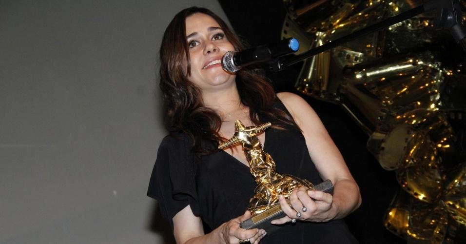 """Alessandra Negrini ganhou prêmio de melhor atriz coadjuvante por """"O Gorila"""", no Festival do Rio. """"Fazer esse filme foi um prazer desde o primeiro encontro"""", disse ela ao receber a estatueta (11/10/12)"""